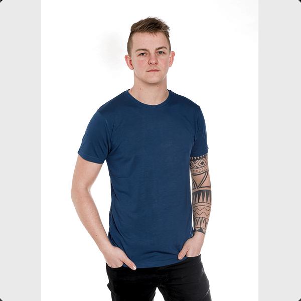 mand med Blå bambus t-shirt og tatoveringer