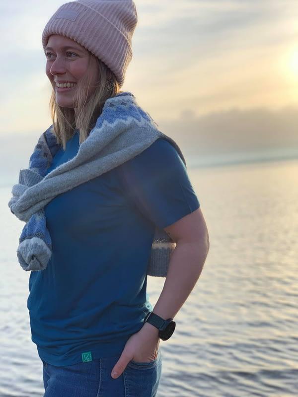 Kvinde med blå t-shirt og et smil
