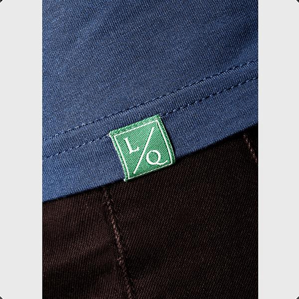 blå t-shirt med grønt logo
