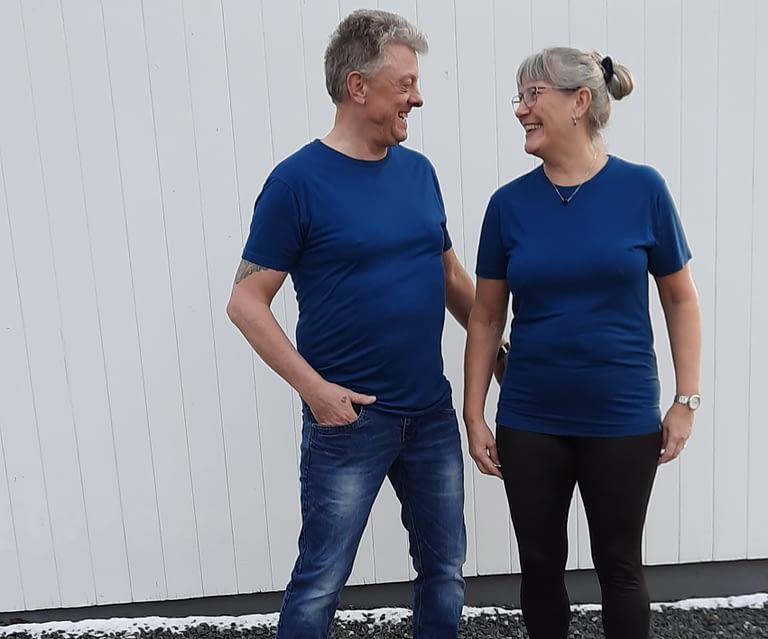 mand og kvinde med blå bambus t-shirts