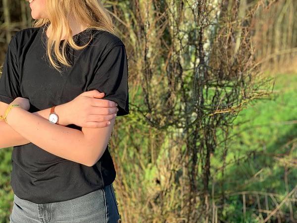 Skov og sort t-shirts