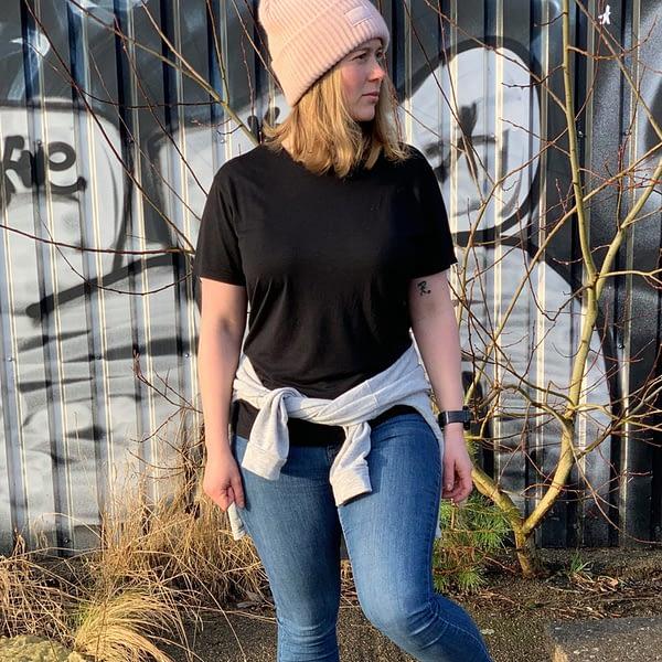 Kvinde med sort bambus t-shirt